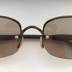 Meget gammel Prada solbrille. Glasset er slidt og har små flænger (billede 2).  Etui er ikke det originale