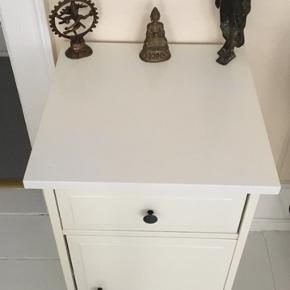 Fint lille skab/kommode som kan bruges mange steder som stue, badeværelse, entre, eller soveværelse. Mål: 68 cm høj og 39 cm bred og dyb