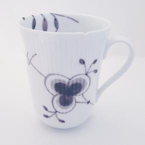 Rotal Copenhagen Mega musel sort kop, desværre er der slået et skår af på  den (se billede) Tænker at den måske kan bruges til noget kreativt eller sådan noget...😊