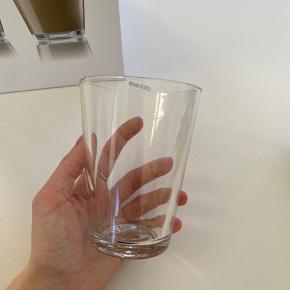 Super fine drikkeglas fra Eva solo. Da glasset er hærdet, tåler de både kolde og varme drikke.  Aldrig brugt. Der er 8 stk i kassen😊