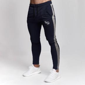Mega fede trænings- eller afslapningsbukser fra Vanquish.  Bukserne er brugt en del, men er i god stand. Ingen fejl eller mangler, men almindelig slid efter vask som der vil komme ved bomuldsbukser.
