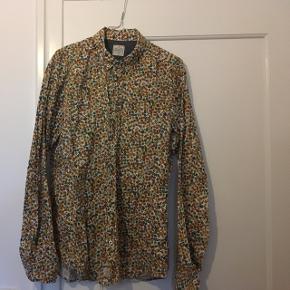 Flot mønstret bomuldskjorte. Stort set ikke brugt, lidt lille i str.  Kom gerne med bud!  Sender gerne, dog betaler køber porto :-)