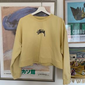🌻 sælger denne gule, lidt cropped sweatshirt fra Stüssy. Den er stort set ikke blevet brugt og er derfor i perfekt stand.  Nypris var 700DKK - kom med et bud!