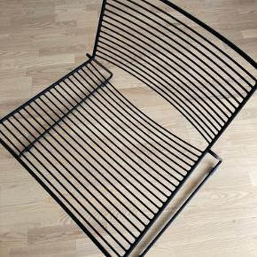 Hee lounge chair fra Hay   Sælger denne flotte stol fra Hay. Anvendt sparsomt - nærmest stået til pynt i stuen  Fejler intet - men skal ikke udelukke meget almindelig brugspor.   måler: B 65/73 cm - D 48/65 cm - H 37/68 cm  Materiale: Pulverlakeret stål  Farve: Sort