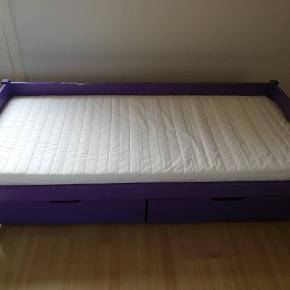 Stadig funktionsdygtig juniorseng med skummadras fra IKEA. Sengerammen er lilla med bidemærker, trænger derfor til en kærlig hånd. Deraf prisen 😊 betrækket på madrassen kan tages af vaskes. 2 tilhørende skuffer under sengen.
