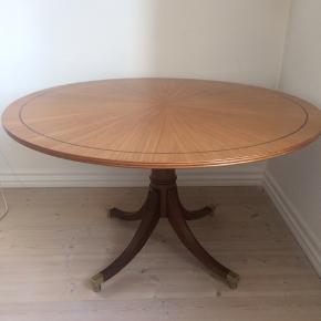 """Super smukt rundt Empire salonbord fra 1930'erne, også kaldet """"one pillar"""" med firpasfod med messingbakke. Lys maghognitræ. Mål: diameter 97,5cm / Højde 56cm... fremstår i yderst flot stand. Kan muligvis være designet af Georg Kofoed. Gerne mobilpay eller kontant ved afhentning."""