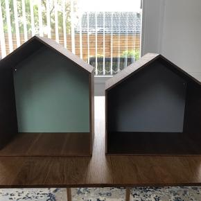 Super fine bogkasser, udstillingskasser eller natborde fra Ferm Living. Den store måler 29,5 x 35 cm og hat grøn bagbeklædning. Den lille måler 29,5 x 30 cm og har grå bagbeklædning. Sælges pga flytning. Kan afhentes på Frederiksberg eller i Birkerød. Pris pr stk kr 150,-