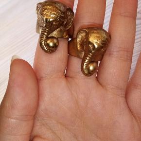 Ringen på 2. Billede er ca. en str. M. Ringen på 3. Billede er ca. en str. L.  7 kr for 1 10 kr for begge hvis du køber dem samlet