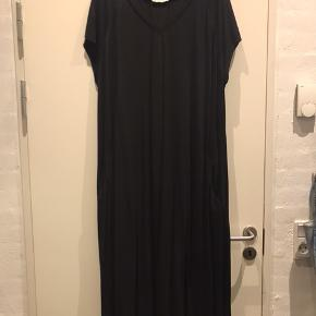 Maxi kjole i en lækker kvalitet med stræk . Med V-hals og lommer .  Den er som ny , kun brugt et par gange . Ny pris 750 kr