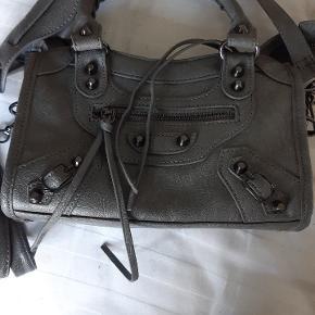 Super flot taske! Virkelig god kvalitet. Har brugt den få gange. Fik den i fødselsdags gave i London. Kender ikke mærket, så kun prismærket;)  NP-850