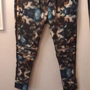 Helt nye fede bukser, med nogle lækre detaljer! Syer i blødt isoli, og stadig med prismærke.