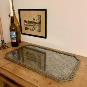 Flot gammelt antik spejl med patina, står uden skader. Måler 55cm i længden og 33cm bredt