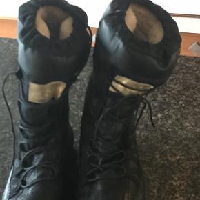 Sofie Schnor vinter - boots - lette og som ny. Købt forkert str. Med blødt indvendig for - sender gerne. Fast pris .