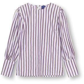 Tabita Bluse Lavender fra Resume Smuk langærmet bluse i hvid, lilla og guld. Blusen er i et flot stribet print og har rund hals med lynlåslukning i nakken. Ærmerne er med puf-effekt og har knapper i enden.  Mål: Brystmål: ca. 49 cm målt henover brystet  Længde: ca. 64 cm   Respekter venligst at jeg ikke bytter og køber betaler porto samt gebyr ved tspay.