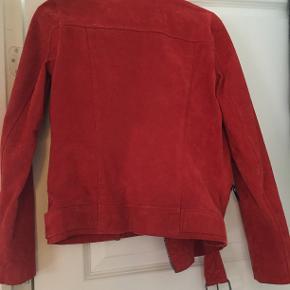 Jakke i 100 % læder. Orangerød farve. Brugt 4 - 5 gange.  Er fra Selected Femme og modellen heder SFSANELLA JACKET.