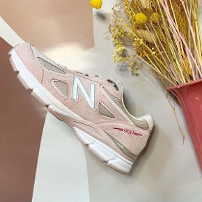 New Balance 990v4 Pink Ribbon  Pris: 1400kr + TD gebyr Str: EU41,5 Stand: 10/10 (aldrig brugt) Medfølger: