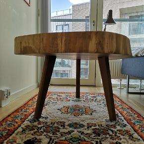 Unikt sofabord i egetræ sælges. Ønsker du et bord som ikke findes andre steder, så er dette det perfekte bord til dig. Bordet er lavet af en 10 cm tyk egeskive der omkring 160 år gammel. Benene er også specialfremstillet i natur olieret egetræ. Bordplader er behandlet med hvid olie.  - Er åben for eventuelle bud - Mulighed for levering i hele landet  #Plankebord
