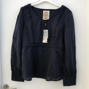 Varetype: Tunika Farve: Mørkeblå Oprindelig købspris: 450 kr. Prisen angivet er inklusiv forsendelse.