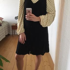 Fin og enkel sort kjole fra & Other Stories med knapper hele vejen ned. Kan bruges med en bluse under som på billederne eller uden noget.