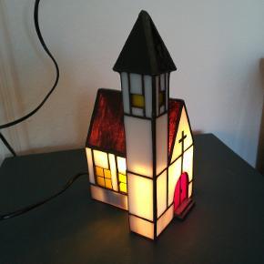 Tiffany lampe super flot med lys i. Højde Ca. 24 cm. Dybde Ca. 11 cm. Bredde Ca. 13 cm. Kan afhentes i Århus N. /Trøjborg. Prisen er fast