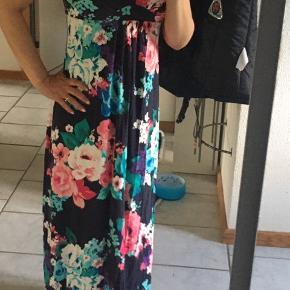 Sweet long stretchy dress by Ann Taylor in a size small petite.  However, it's a normal length dress.  As you can see in the photos, it goes past my toes and I am 155 for reference.  It's jersey and super comfortable and pretty.