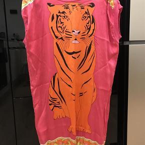 Varetype: Kjole silke Farve: Foto  100% silke. Længde 94cm, brystvidde 57cm. Pris 400 plus fragt. Sender med Dao. Bytter ikke