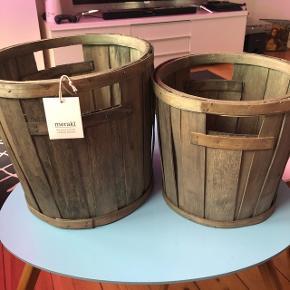 Meraki Pinewood Buckets er to opbevaringskurve, i et super fedt og moderne råt design.  De er lavet af 80% fyrretræ og 20% genbrugstræ, som giver deres naturlige og rustikke look, der skaber en hyggelig og rolig atmosfære i hjemmet. Mål: lille 24x25 cm Stor 27x29