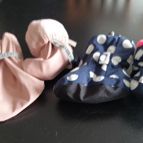 Varme babyfutter perfekt når barnet er ude i barnevognen. Futterne fra Celavi er vind-og vandafvisende og lukkes praktisk med en knap. Det sørger for en god pasform til dit barns fod. Str. cirka 20/21.  De blå babyfutter kommer med som bonus :-) Du betaler kun for de pinke Celavi futter! De blå futter er lidt mindre i størrelsen, cirka en str. 18/19. Perfekt til den nyfødte baby. Dejlig varm med pink for.