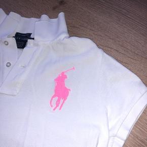 Ralph Lauren polo t-shirt med neon pink hest. Fejler intet, brugt få gange  Str m, passer også s