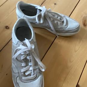 New balance sneakers i beige.