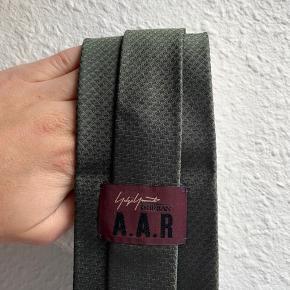 Yohji Yamato slips i perfekt stand. 9cm bredt og 150cm langt ❄️