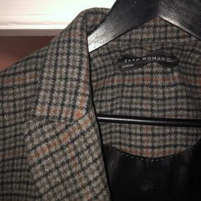 Sælger denne jakke fra Zara som er købt for nogle år siden. Det er en super fin overgangsjakke i mønstret tern som ses på billedet. Kan prøves/hentes i Kbh.