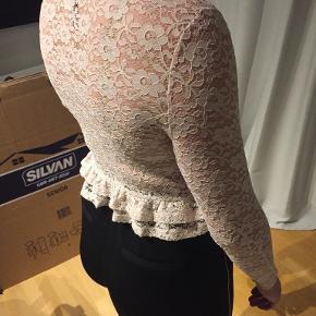 H&M Divided blonde bluse i rosa/nude farve, str S Gennemsigtig blonde på ryggen Går til omkring taljen Brugt få gange Pris er evt. til forhandling