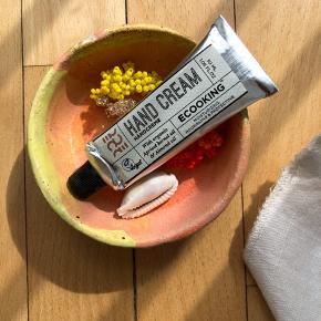 Håndcreme fra ECOOKING - Med økologisk abricos kerne olie og mandel olie.  30 ml 💛 ALDRIG BRUGT ELLER ÅBNET !