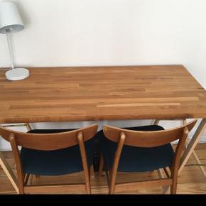 Skrivebord eller evt spisebord sælges, da vi ikke får det brugt. Fremstår i pæn stand og med små naturlige knaster i træet. Benene medfølger ved interesse. Længde: 135cm Bredde: 62cm Højde: 4cm