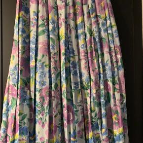 Fin blomstret og plisseret nederdel -kun brugt få gange
