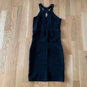 S   Tætsiddende kjole Fest galla Halterneck Glimmer glitter stof    #30dayssellout #trendsalesfund Vila , envii , h&m , monki , selected femme , zara