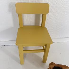 Børnestol i en skøn gul farve. Lille hak på hjørnet. Siddehøjde 30,5 / Siddebrede 29,5