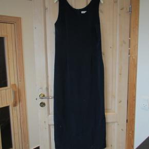 """Klassisk mørkeblå kjole uden de store detaljer, men gør, at man er """"pæn"""" i tøjet. Str. 40  Kun brugt få gange.  Prisen er ex. porto  Se også mine over 100 andre annoncer med b.la dame-herre-børne og fodtøj."""