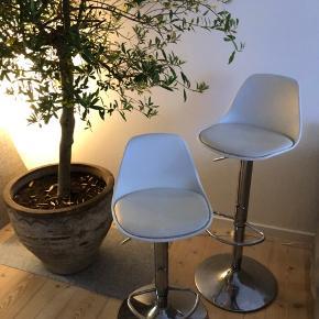 Skønne bar stole fra IKEA  Fungerer stadig rigtig fint, men er lidt slidte i betrækket hvilket kan ses på billedet og hvorfor at dette bare kan afhentes.  Kan afhentes i Hørsholm efter aftale 🌻