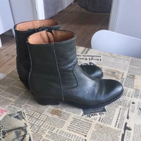 Lækre mørkegrønne læderstøvler fra Mads Nørgaard i str. 37. Støvlerne er kun brugt et par gange, så standen på den er næsten som ny. Nypris 1800kr.