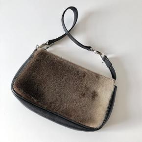 Great Greenland clutch, brugt meget få gange, købt i Grønland for en del år siden. Kan evt sælges sammen med Urban Big Bag for en samlet rabat pris. Køber betaler fragt.