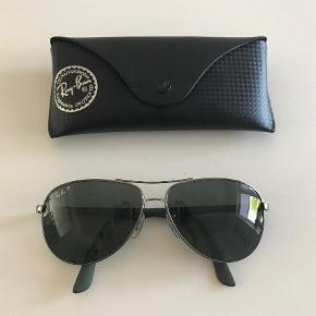 Varetype: Solbriller Størrelse: L 61-13 Farve: Sort Oprindelig købspris: 2200 kr.  Model RB 8313 004/N5 Polariod glas - Carbon. Koksgrå stel ( ikke sorte)  Købspris 2200 kr