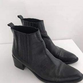 Fede støvler fra Bianco i ægte læder. Brugt meget lidt og er i god stand! Str 39.