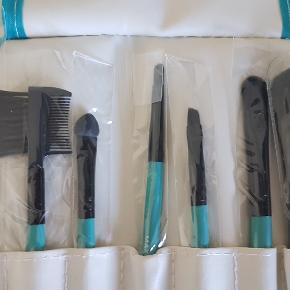7stk pensel/børste sæt til makeup. Der er 2 pakker, få begge til 30kr, og giv et sæt til veninden :)