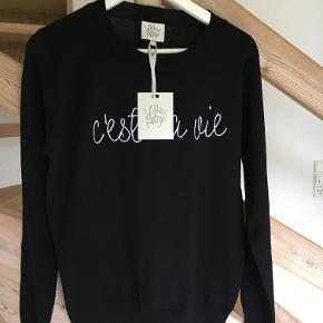 Sweatshirt af mærket Willow and Paige, ny med tags. Fint broderet statement over brystet.