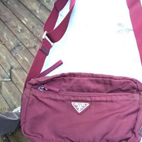 Eftertragtet lille prada crossbody nylon taske I en mega fed farve   God stand fejler ikke noget