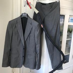 Varetype: Blazer Farve: Grå Oprindelig købspris: 4800 kr.  Super lækkert jakkesæt fra Filippa K   Sælger da jeg har for mange jakkesæt jeg ikke bruger.   Skal en tur til rens - men ellers er det som nyt!