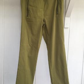 Lækre bukser i en flot grøn farve .bukserne har elastik i taljen .stoffet er 80%viscose 3%elastan og 17%polyamid Brugt dem 1gang
