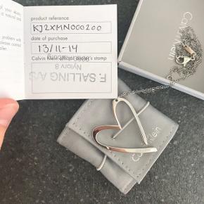 """Jeg sælger denne Calvin Klein halskæde, da jeg aldrig har brugt eller kommer til at bruge den. Den passer bare ikke til min stil 💫  Den har aldrig været brugt. Jeg har kun haft halskæden på at tage et billede, således I kan se længden af kæden, og hvordan den """"sidder"""" ☺️  Der ligger certifikat i original æske.  Nypris 550kr.  Købt i Salling Aalborg."""